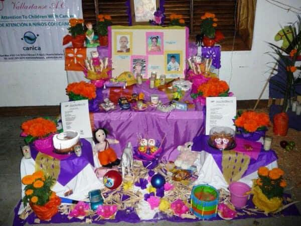 Photo d'un autel funéraire mexicain pour enfant installé le jour des morts