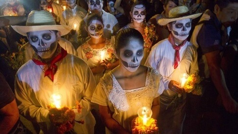 Groupe de mexicains maquillés en squelette pour la fête des morts