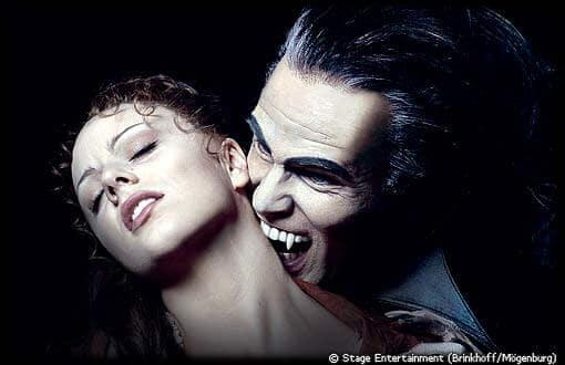 Photo d'un vampire mordant le cou d'une jeune femme