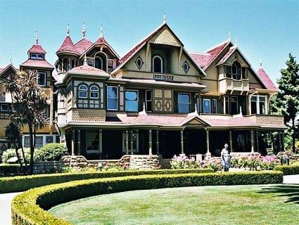 Vue de l'entrée de la maison Winchester