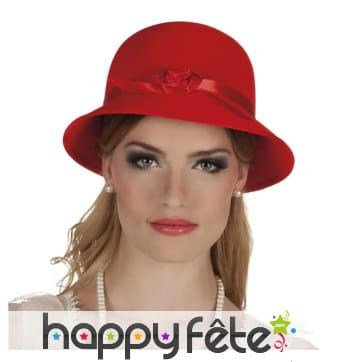 Chapeau ancien bombé rouge avec ruban