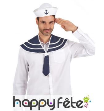 Col bleu de marin avec chapeau
