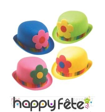 Chapeau melon de clown coloré avec fleur