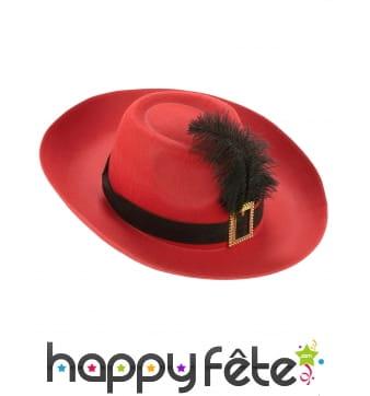 Chapeau rouge de mousquetaire avec plume noire