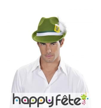 Chapeau vert de bavarois avec bière décorative