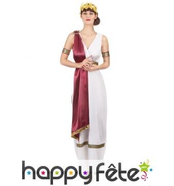 Elegante tenue de femme grecque avec toge rouge
