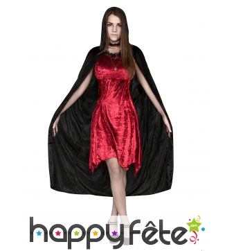 Elegante tenue de vampire rouge avec cape noire