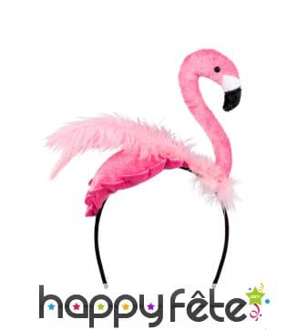 Flamant rose avec plumes sur serre-tête, adulte