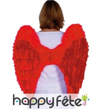 Grandes ailes rouges d'ange avec plumes