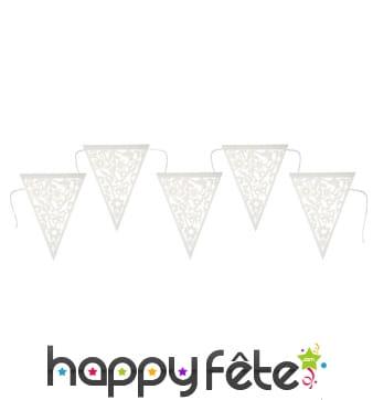 Guirlande de fanions motifs floraux brodés blancs