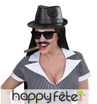 Lunettes noires et moustaches
