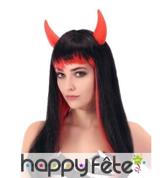 Longue perruque noire et rouge avec cornes rouges