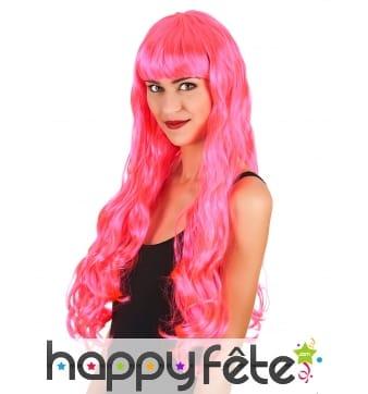 Longue perruque rose ondulée avec frange droite