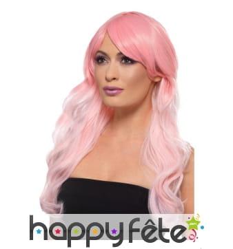 Longue perruque teintes de rose, ondulée