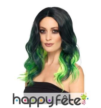 Longue perruque teintes de vert, ondulée