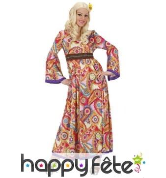 Longue robe fluide et colorée de hippie