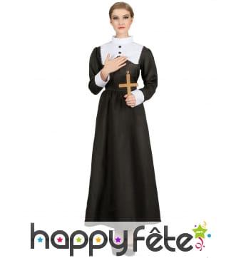 Longue robe noire de religieuse