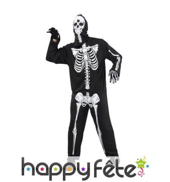 Large tenue de squelette blanc sur fond noir