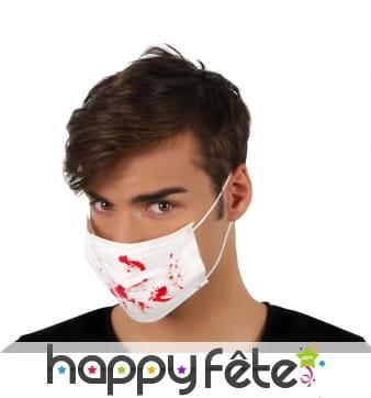 Masque blanc d'infirmier tâché de sang