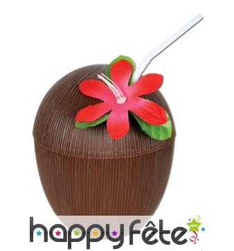 Noix de coco avec paille et fleur