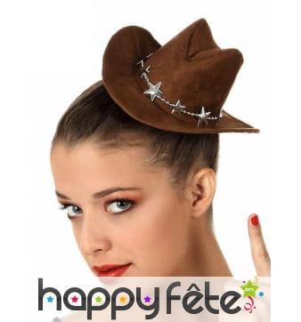 Petit chapeau marron de cowboy sur pince