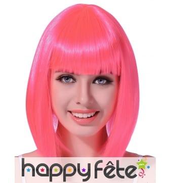 Perruque carré rose fluo mi-long avec frange