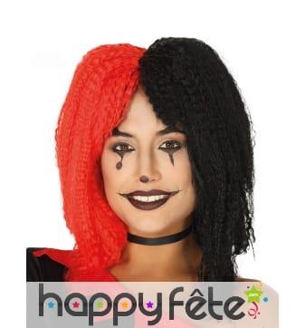 Perruque gaufrée un coté noir et l'autre rouge