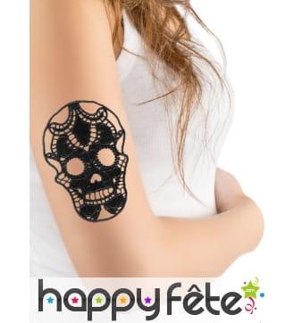 Tatouage crâne noir motif dentelle