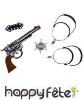 2 éperons, étoiles, pistolet et cartouchière