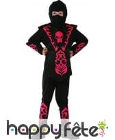 Costume de ninja noir et rouge avec tête de mort