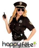 Chemise et casquette noire de femme policier