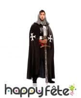 Cape noire médiévale avec croix blanches, homme