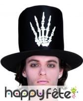 Haut chapeau haut de forme avec main squelette