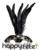 Loup noir et doré avec hautes plumes noires