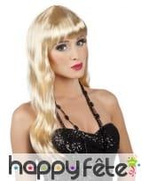 Longue perruque blonde légèrement ondulée, frange