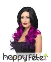 Longue perruque noire teintes de violet, ondulée