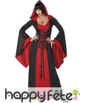 Longue robe noire et rouge à capuche