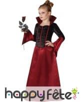 Longue robe rouge et noire de petite vampiresse