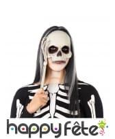 Masque de crâne avec main de squelette sur manche