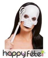 Masque de crâne sur manche main squelette