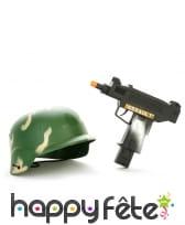 Mitraillette et casque militaire en plastique