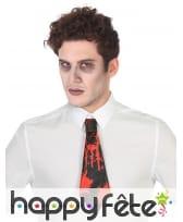 Petite cravate noire ensanglantée