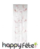 Rideau de lamelles blanc éclaboussé de sang