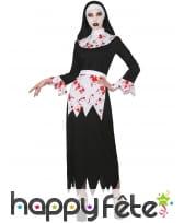 Robe de nonne tueuse avec tâches de sang, femme