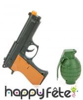 Revolver et grenade en plastique