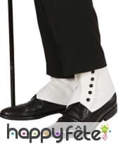 Sur chaussures blanches avec pressions noires