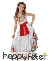 Tenue blanche traditionnelle de petite mexicaine