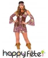 Tenue courte de femme hippie avec motifs