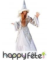 Tenue de fée élégante blanche et aspect fourrure