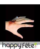 Tige de fer enfoncée dans la peau